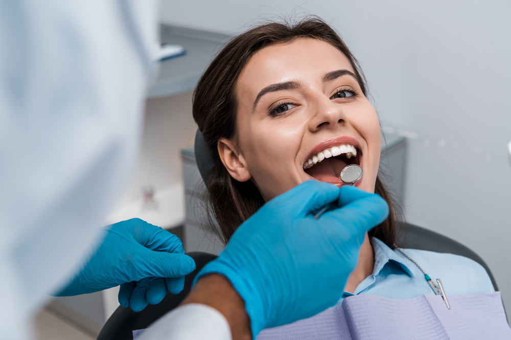 Selective,Focus,Of,Dentist,In,Latex,Gloves,Holding,Dental,Mirror