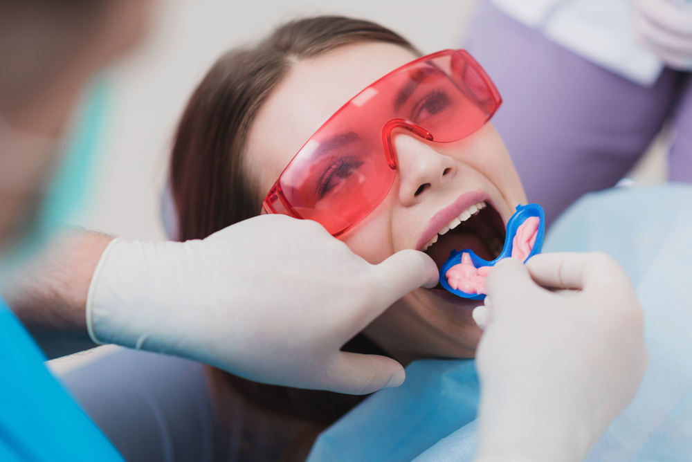 Doctor,Performs,The,Procedure,For,Cleaning,Teeth